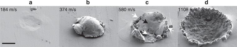 Что происходит, когда частица, движущаяся со скоростью 1 км/с, ударяется о металлическую поверхность?